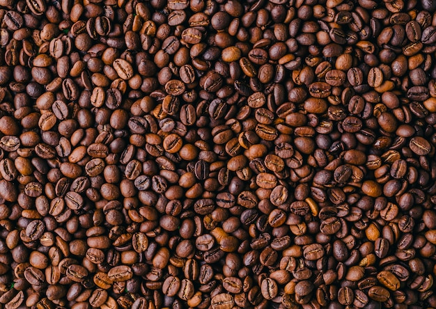 Sfondo di chicchi di caffè marroni freschi tostati - perfetto per uno sfondo fresco