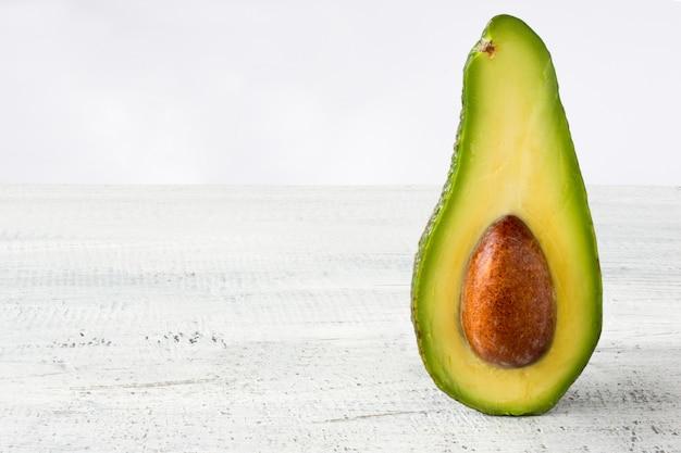 Sfondo di cibo avocado con avocado biologico fresco sul vecchio tavolo di legno, copia spazio