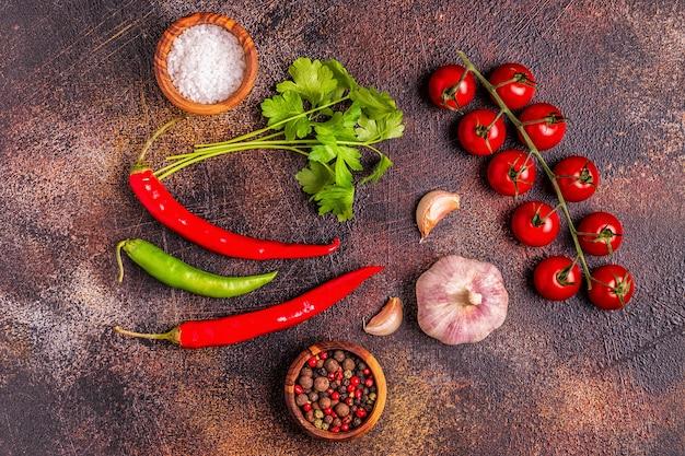 Sfondo di cibo con verdure, spezie, erbe aromatiche