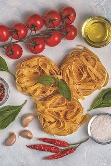 Sfondo di cibo italiano con pasta, spezie e verdure