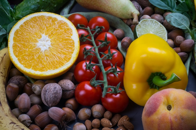 Sfondo di cibo sano, cornice di alimenti biologici. ingredienti per una cucina sana: verdure, frutta, noci, spezie