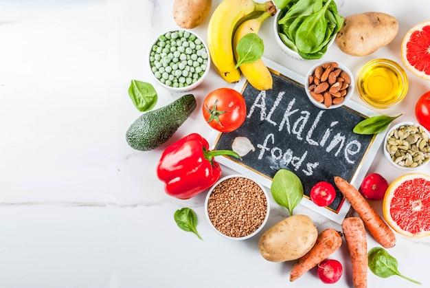 Sfondo di cibo sano, prodotti dietetici alcalini alla moda - frutta, verdura, cereali, noci. olii bianchi