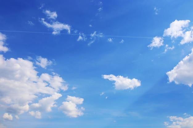 Sfondo di cielo blu con nuvole bianche. nuvole con cielo blu