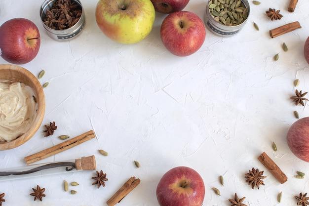 Sfondo di cottura - piatto laici di ingredienti per torta di mele o muffin, forno autunnale.