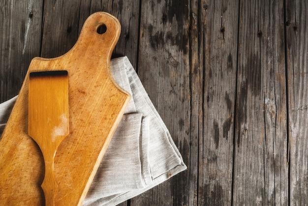 Sfondo di cottura strumenti ed ingredienti per la cottura sul vecchio tavolo di legno rustico
