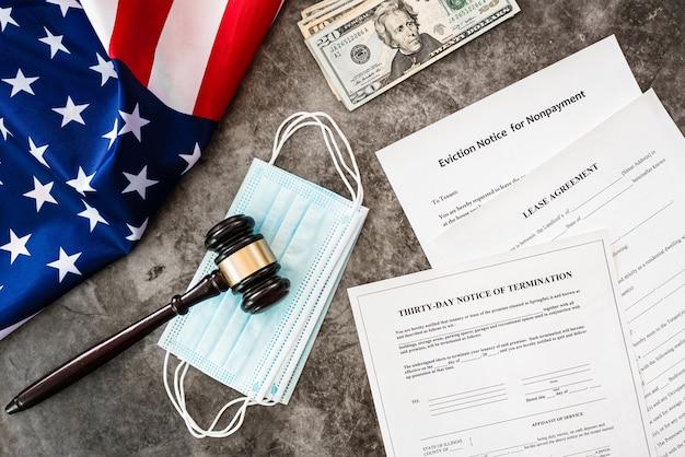 Sfondo di documenti con martelletto e bandiera americana.