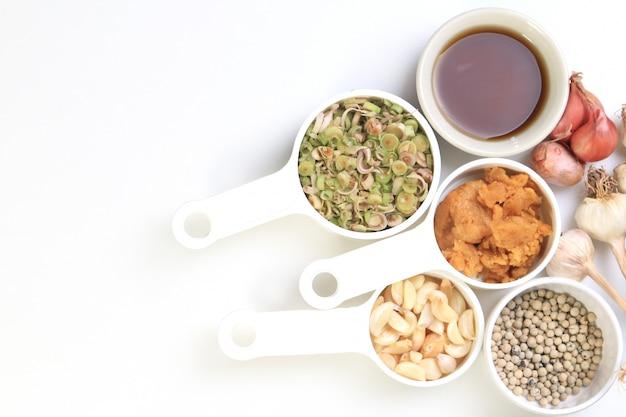 Sfondo di erbe tailandesi con dries peperoncino, pepe, citronella, aglio, zucchero di cocco e salsa di pesce