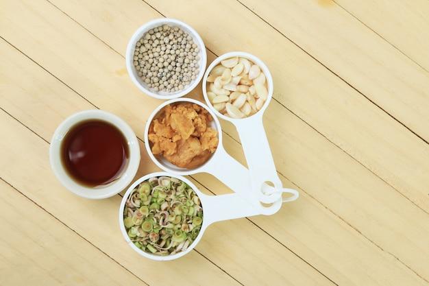 Sfondo di erbe tailandesi con pepe, citronella, aglio, zucchero di cocco e salsa di pesce