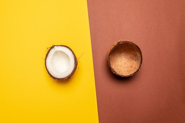 Sfondo di frutta creativa. layout di cocco. vista piana, vista dall'alto, copia spazio