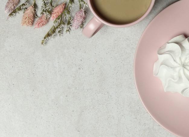 Sfondo di granito con tazza di caffè rosa, marshmallow su sfondo di granito
