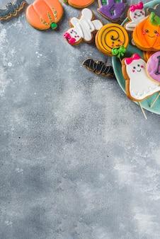 Sfondo di halloween con biscotti di panpepato divertenti