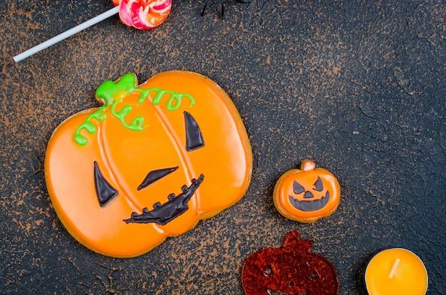 Sfondo di halloween con gingerbread, zucche e candele