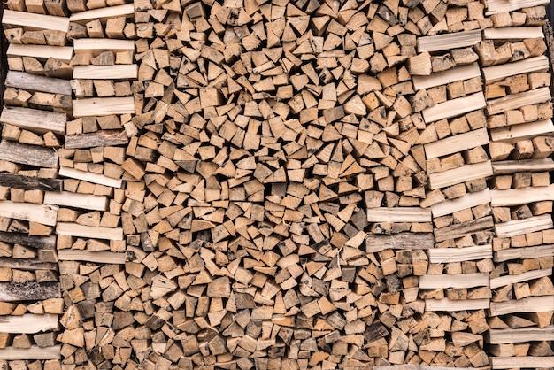 Sfondo di legna da ardere. sfondo di legna da ardere tritata secca.