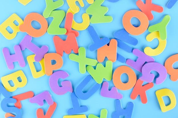 Sfondo di lettere colorate. alfabeto caoticamente sparso.