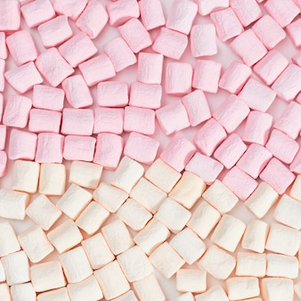 Sfondo di marshmallow marshmallow colori pastello rosa e bianco, cibo dolce. vista dall'alto.