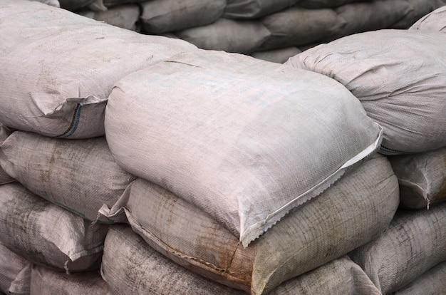 Sfondo di molti sacchi di sabbia sporca per la difesa dalle inondazioni.