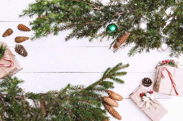 Sfondo di natale con decorazioni e scatole regalo su tavola di legno
