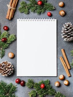 Sfondo di natale con decorazioni natalizie. tema di natale e capodanno