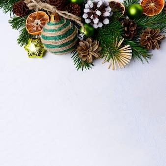 Sfondo di natale con ornamenti rustici e fette d'arancia essiccate