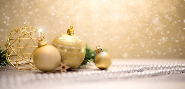 Sfondo di natale con palle di natale, regali e decorazioni