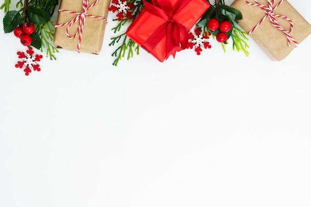 Sfondo di natale con scatole regalo e decorazioni invernali.