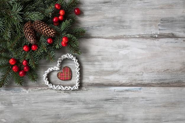 Sfondo di natale. decorazioni natalizie con rami di abete.