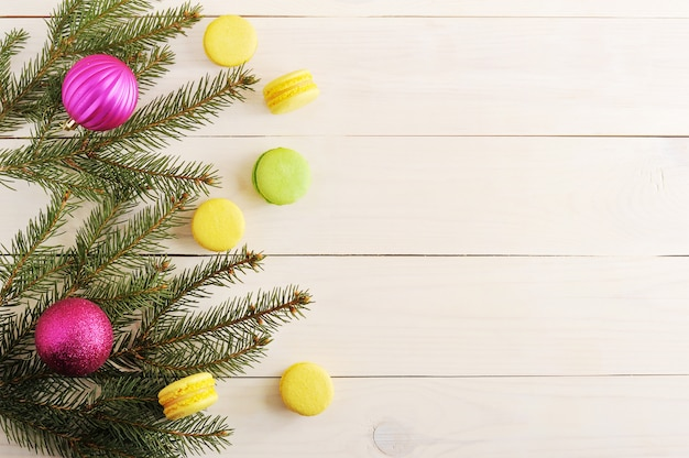 Sfondo di natale di alberi di natale, decorazioni natalizie e torte maccheroni