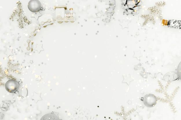 Sfondo di natale e capodanno. concetto di vacanze e vendite. coriandoli, regali e fiocchi, copyspace vista orizzontale superiore