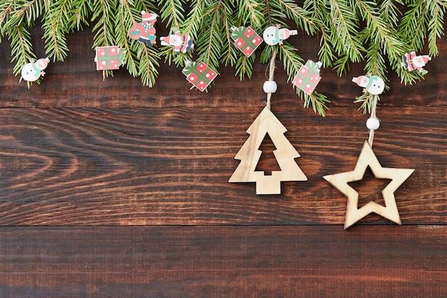 Sfondo di natale in legno con stella e albero di natale. nuovo anno. copia spazio