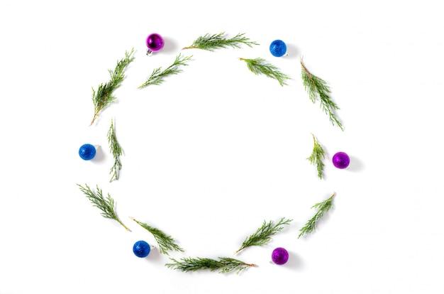 Sfondo di natale. palle blu e lilla, rami di abete su fondo bianco. natale, inverno, concetto di nuovo anno.