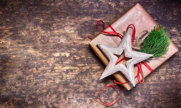 Sfondo di natale rustico con scatola regalo