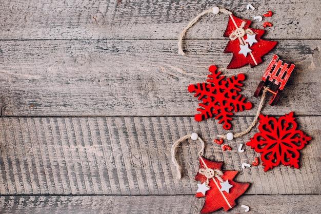 Sfondo di natale vacanza. decorazione rossa sul tavolo di legno