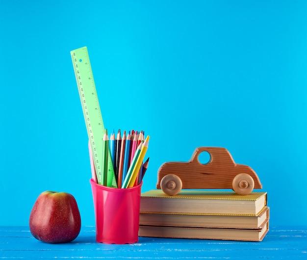 Sfondo di nuovo a scuola con le matite di cancelleria per bambini