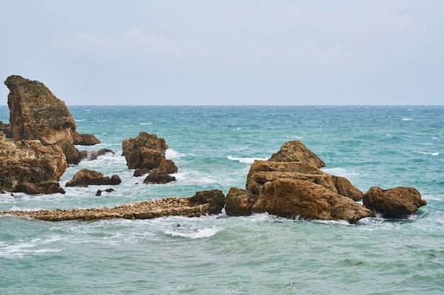 Sfondo di onde e rocce