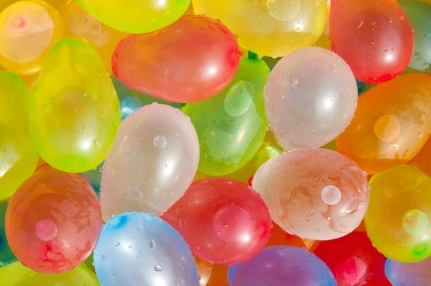 Sfondo di palline colorate piene d'acqua. la vista dall'alto.