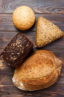 Sfondo di panetteria, assortimento di pane su legno nero