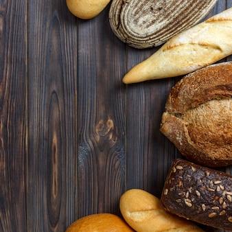 Sfondo di panetteria, assortimento di pane. vista dall'alto con lo spazio della copia