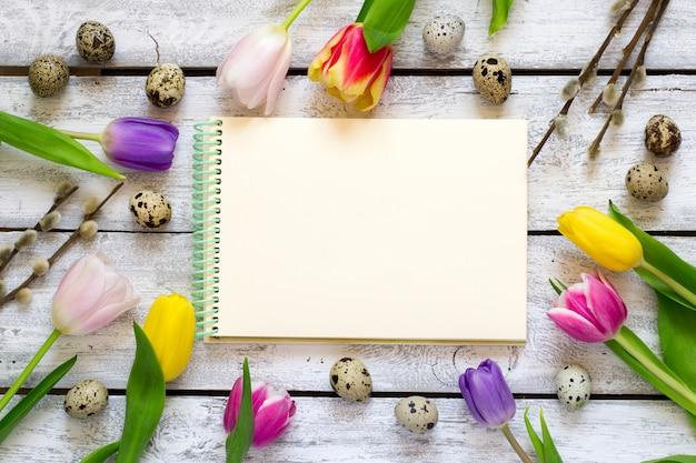 Sfondo di pasqua con tulipani, uova e figa