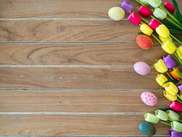 Sfondo di pasqua con uova colorate e tulipani