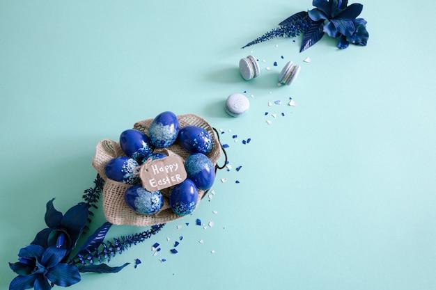 Sfondo di pasqua creativo, con uova blu di tendenza.