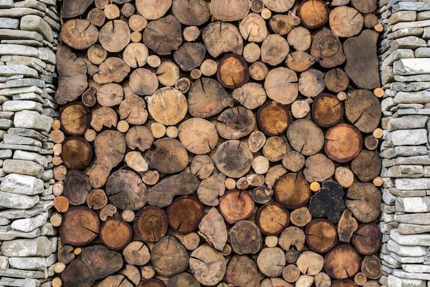 Sfondo di pietra e legno. costruire con la colonna di pietra e la struttura di sezione trasversale di legno.