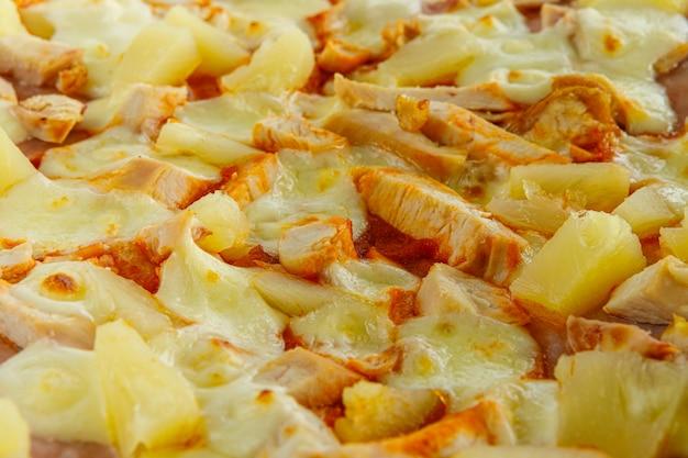 Sfondo di pizza. la pizza con la salsiccia e gli altri ingredienti si chiudono su vicino su.