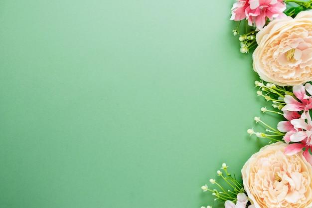 Sfondo di primavera con composizione di fiori. cornice o bordo festivo. vista dall'alto con spazio di copia.