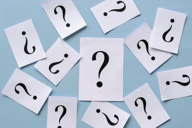 Sfondo di punti interrogativi stampati sparsi