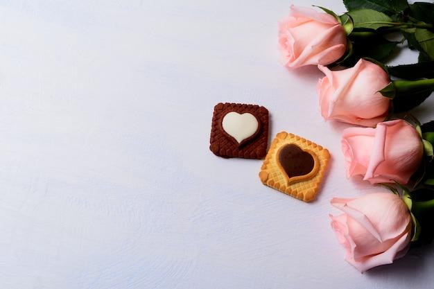 Sfondo di san valentino con rose, vaniglia e biscotti al cioccolato