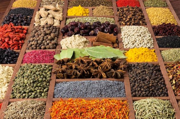 Sfondo di spezie diverse. condimenti ed erbe per il design