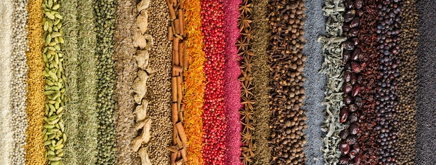 Sfondo di spezie ed erbe indiane. condimento colorato, vista dall'alto.