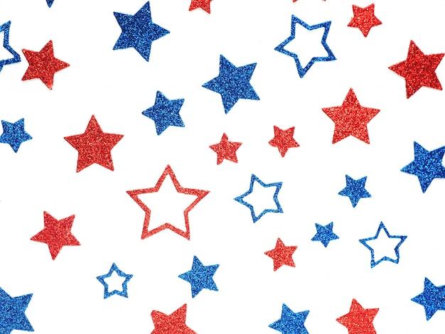 Sfondo di stelle lucenti di colore blu e rosso di diverse dimensioni. concetto di giorno di indipendenza degli stati uniti.