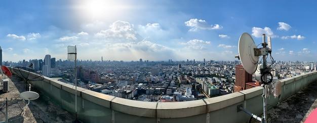 Sfondo di tecnologia 5g e internet delle cose, skyline della città moderna, concetto di rete di comunicazione.