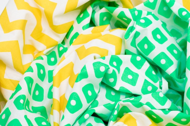 Sfondo di tessuto trama stropicciata con colore giallo e verde brillante con un motivo.